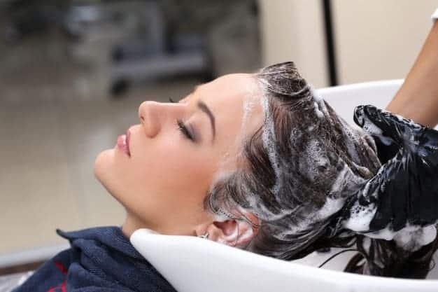 Inquinamento e capelli: detersione